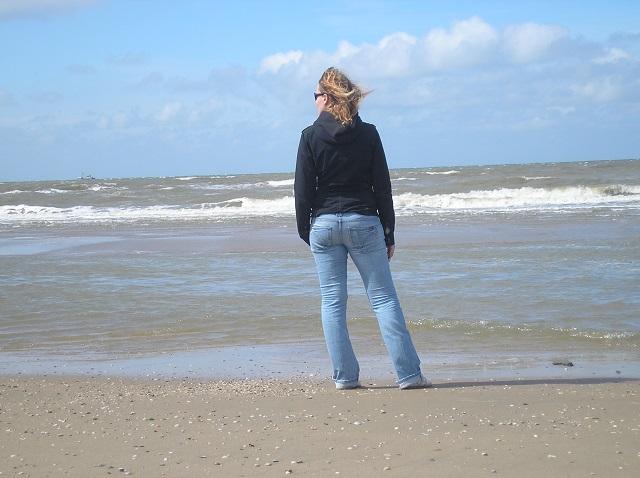 die Autorin des Niederlandeblogs an der niederländischen Küste