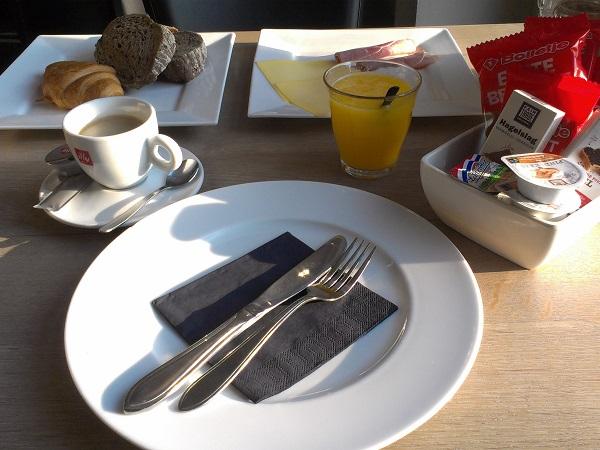 Frühstück bei Sonne im Gevangenishotel Hoorn