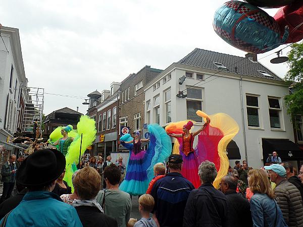 farbenfrohe Ballerinas beim Straßentheaterfestival in Woerden