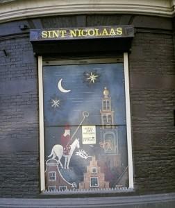 Das Sint Nicolaas Hotel, dort gelangt man in die Spuistraat