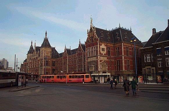 Der Bahnhofsvorplatz in Amsterdam