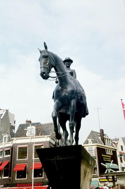 das Denkmal von Königin Juliana im Zentrum von Amsterdam