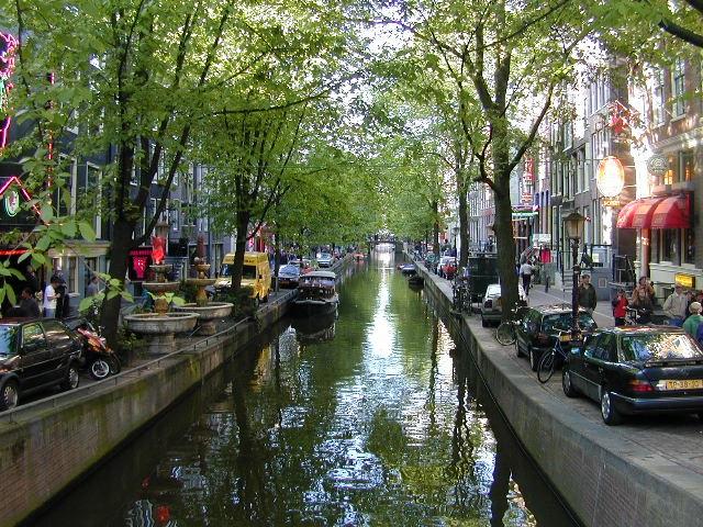 die Grachten sind das Erkennungsmerkmal von Amsterdam