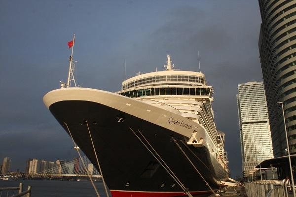 """das Kreuzfahrtschiff """"Queen Elizabeth"""" besucht Rotterdam"""