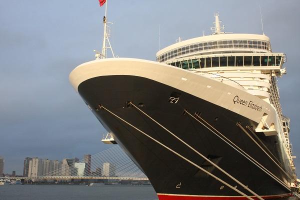 """Die """"Queen Elizabeth"""" liegt vor Anker in Rotterdam"""