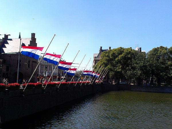 Flaggen vorm Binnenhof auf Halbmast_Staatstrauer
