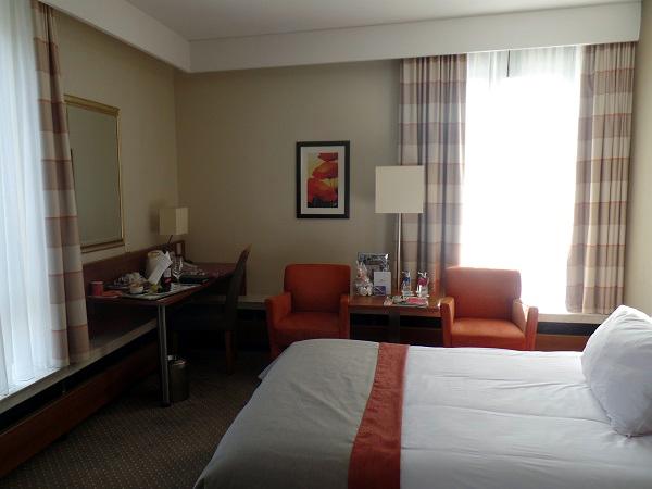Queensize Bett im Riverview-Zimmer des Crowne Plaza Maastricht