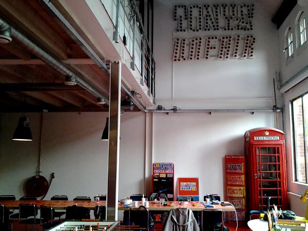 Kicker, große Tafel, Küche - das Startup Tony's Chocolonely