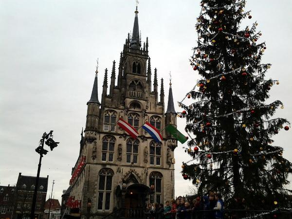 Kinderchor vorm Weihnachtsbaum anlässlich Gouda bei Kerzenschein