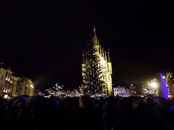 der Weihnachtsbaum kurz vor der Entzündung zu Gouda bei Kerzenschein