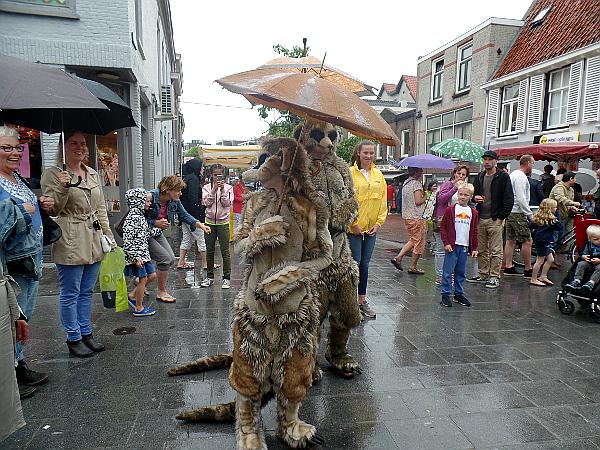 Erdmännchen unterwegs beim Straßentheaterfestival in Woerden