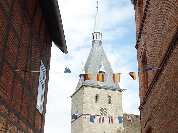Flaggen auf dem Käsemarkt in Nieheim