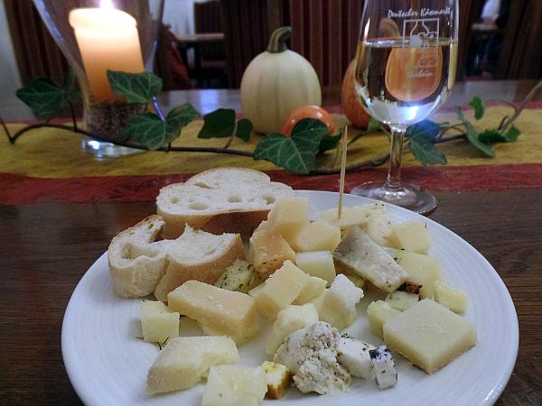 Käse probieren auf dem 10. Käsemarkt in Nieheim