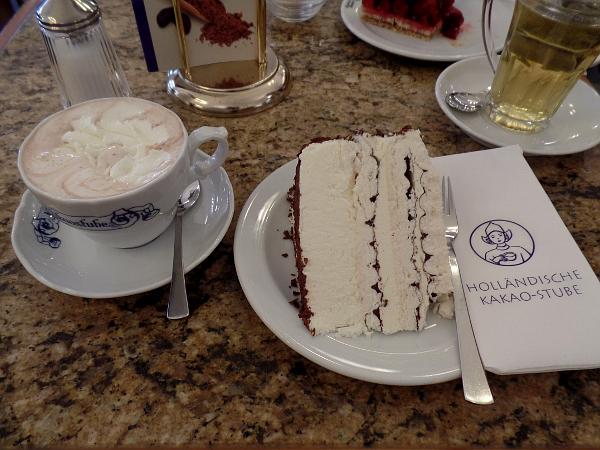 warme chocolademelk met taart @ Holländische Kakaostube in Hannover