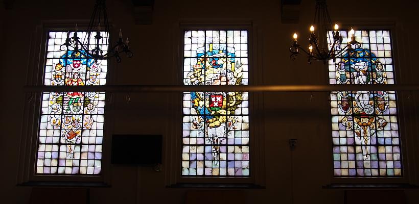 Mosaikfenster im Sitzungssaal im oude Stadhuis in Bergen op Zoom