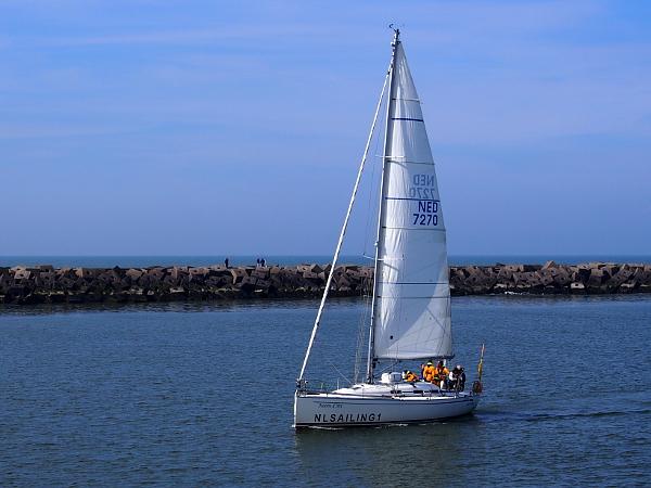 Segelboot bei der Hafeneinfahrt von Scheveningen