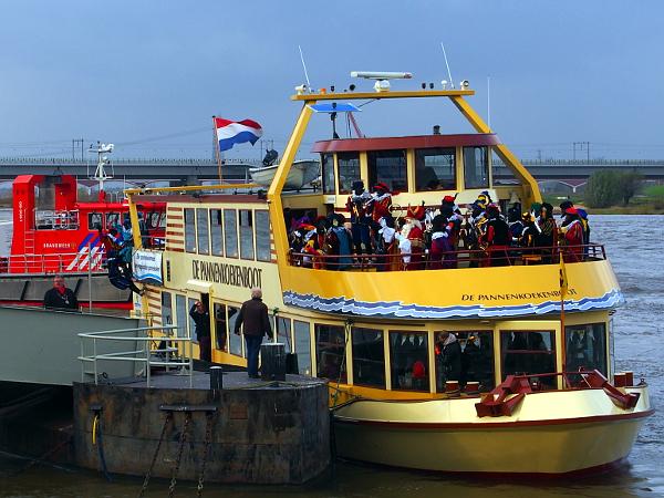 Ankunft von Sinterklaas auf der Waal in Nijmegen