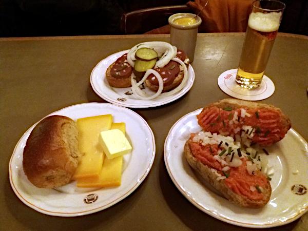 typisches Essen im Kölner Brauhaus Früh